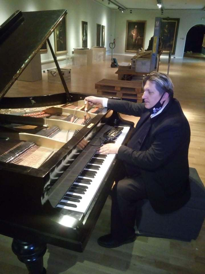 Ivica Derner restaurira klavir Petrof